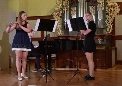 II. absolventský koncert, Refektář Profesního domu MFF, 14.5.2019. Komorní trio - dvě děvčata hrající na flétny a učitel hrající na klavír.