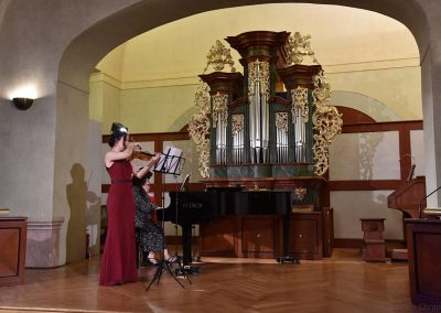 II. absolventský koncert, Refektář Profesního domu MFF, 14.5.2019. Děvče hrající na housle a učitelka hrající na klavír.