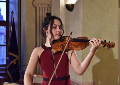 II. absolventský koncert, Refektář Profesního domu MFF, 14.5.2019. Děvče hrající na housle.