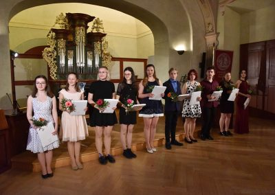 II. absolventský koncert, Refektář Profesního domu MFF, 14.5.2019. Společná fotografie absolventů.