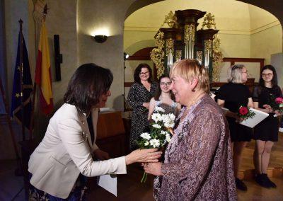 II. absolventský koncert, Refektář Profesního domu MFF, 14.5.2019. Paní ředitelka předává předává paní učitelce kytku a poděkování.