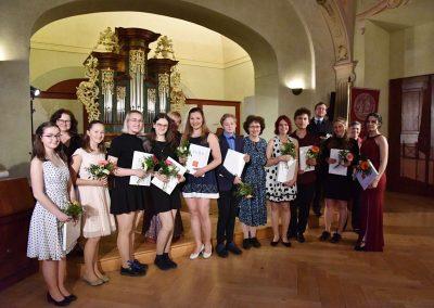 II. absolventský koncert, Refektář Profesního domu MFF, 14.5.2019. Společná fotografie absolventů a učitelů.