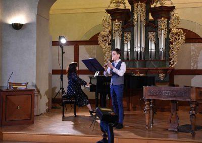 I. absolvetnský kocnert, Refektář Profesního domu MFF, 13.5.2019. Chlapec hrající na zobcovou flétnu a učitelka hrající na klavír.