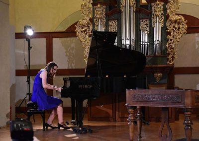 I. absolvetnský kocnert, Refektář Profesního domu MFF, 13.5.2019. Děvče hrající na klavír.