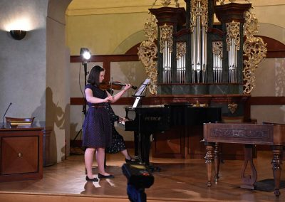 I. absolvetnský kocnert, Refektář Profesního domu MFF, 13.5.2019. Děvče hrající na housle a učitelka hrající na klavír.