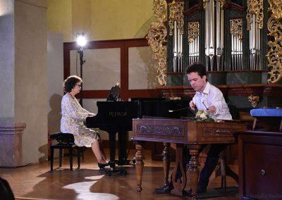 I. absolvetnský kocnert, Refektář Profesního domu MFF, 13.5.2019. Chlapec hrající na cimbál a učitelka hrající na klavír.