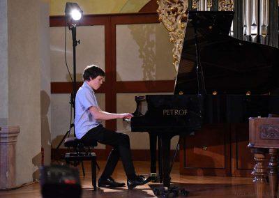 I. absolvetnský kocnert, Refektář Profesního domu MFF, 13.5.2019. Chlapec hrající na klavír.