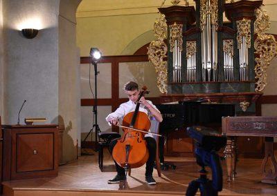I. absolvetnský kocnert, Refektář Profesního domu MFF, 13.5.2019. Chlapec hrající na violoncello.