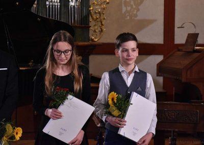 I. absolvetnský kocnert, Refektář Profesního domu MFF, 13.5.2019. Fotografie dvou absolventů - chlapec a děvče.