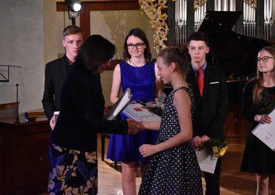 I. absolvetnský kocnert, Refektář Profesního domu MFF, 13.5.2019. Paní ředitelka předává žákyni blahopřání k absolvování studia na ZUŠ.