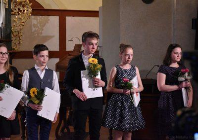 I. absolvetnský kocnert, Refektář Profesního domu MFF, 13.5.2019. Fotografie dvou absolventů - dva chlapic a tři děvčata.