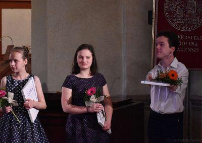 I. absolvetnský kocnert, Refektář Profesního domu MFF, 13.5.2019. Fotografie dvou absolventů - chlapec a dvě děvče.