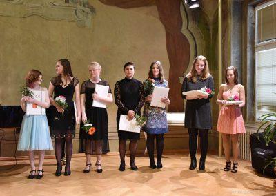 Pohled na sedm absolventek pěveckého oddělení 2018/2019.