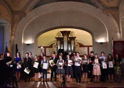 Pohled na skupinovou fotografii absolventů hudebního oboru a učitelé 2018/2019.