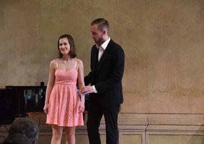 Pěvecký absolventský koncert 17.05.2019. Zpívající duo - chlapec a děvče.