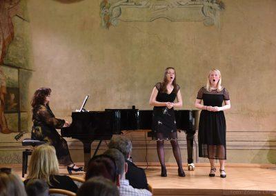 Pěvecký absolventský koncert 17.05.2019, konzervatoř J. Deyla. Duo zpívajících děvčat s korepetitorkou.