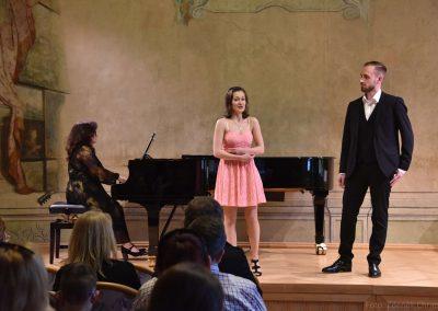 Pěvecký absolventský koncert 17.05.2019. Zpívající duo - chlapec a děvče a korepetitorkou.