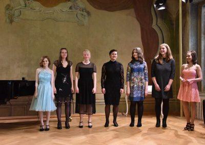 Pěvecký absolventský koncert 17.05.2019. Pohled na sedm absolvujících děvčat.