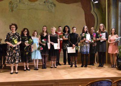 Pěvecký absolventský koncert 17.05.2019. Společná fotografie absolvujících děvčat a učitelek.