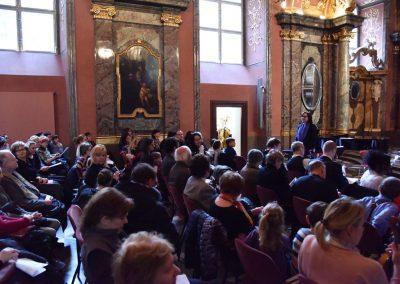 Adventní koncert ZUŠ 7.12.2019 - Klementinum. Pohled na publikum a paní ředitelku J Mazánkovou.