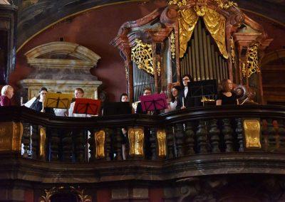 Adventní koncert ZUŠ 7.12.2019 - Klementinum. Pohled na hrající flétnový soubor.