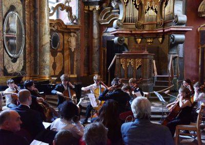 Adventní koncert ZUŠ 7.12.2019 - Klementinum. Pohled na hrající violoncellový soubor.