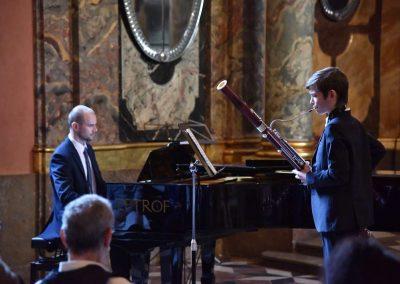 Adventní koncert ZUŠ 7.12.2019 - Klementinum. Pohled na pana klavíristu V. Kopáčika a chlapce hrajícího na fagot.