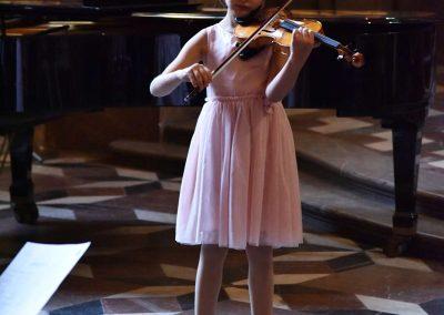 Adventní koncert ZUŠ 7.12.2019 - Klementinum. Pohled na děvče hrající na housle.