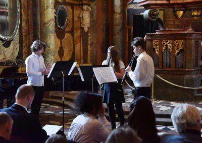 Adventní koncert ZUŠ 7.12.2019 - Klementinum. Pohled na hrající klarinetové trio, dva chlapci a jedno děvče.