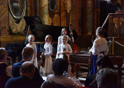 Adventní koncert ZUŠ 7.12.2019 - Klementinum. Pohled na pět zpívajících děvčat z lidového souboru.