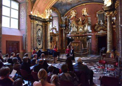 Adventní koncert ZUŠ 7.12.2019 - Klementinum. Pohled na flétnové trio a klavíristku.
