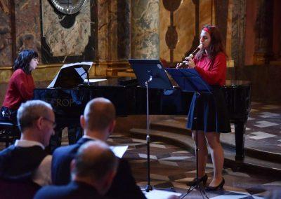 Adventní koncert ZUŠ 7.12.2019 - Klementinum. Pohled na hrající flétnistku a klavíristku.