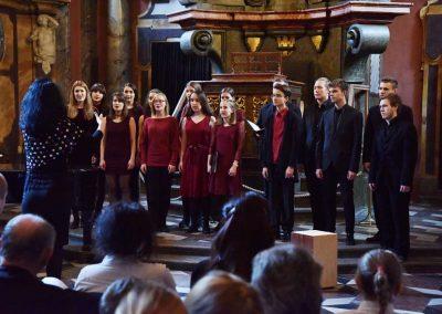 Adventní koncert ZUŠ 7.12.2019 - Klementinum. Pohled na publikum, zpívající sbor a paní sbormistryni M. Džunevu.