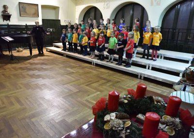 Adventní koncert přípravnýho pěveckýho sborů Pueri gaudentes 15.12.2019. Pohled zpívající děti ve sboru.