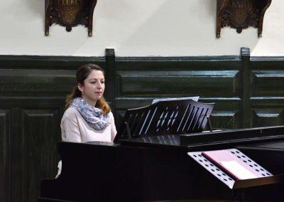 Adventní koncert přípravnýho pěveckýho sborů Pueri gaudentes 15.12.2019. Pohled na klavíristku sboru D. Novákovou.
