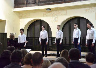 Adventní koncert přípravnýho pěveckýho sborů Pueri gaudentes 15.12.2019. Pohled na zpívající chlapace.