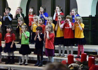 Adventní koncert přípravnýho pěveckýho sborů Pueri gaudentes 15.12.2019. Pohled na zpívající sbor.