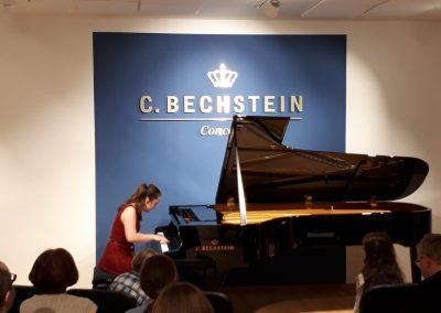 Klavírní koncert D. Rolincové v C. Bechstein Pianocentru 23.01.2020. Žák hrající na klavír - děvče.
