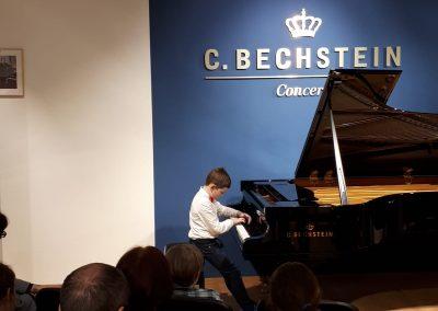 Klavírní koncert D. Rolincové v C. Bechstein Pianocentru 23.01.2020. Žák hrající na klavír - chlaepc.