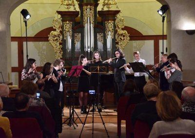 Refektář profesního domu MFF UK, dechový koncert 6.2.2020. Žáci hrajíci na flétny, flétnový soubor.