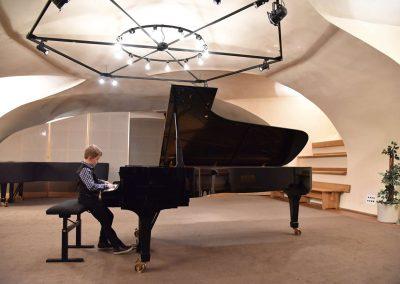 Galerie HAMU, Galerie HAMU, klavírní koncert 11.2.2020.. Žák hrající na klavír - chlapec.
