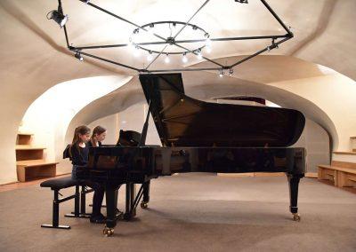 Galerie HAMU, Galerie HAMU, klavírní koncert 11.2.2020.. Žáci hrající na klavír - děvčata, komorní hra.