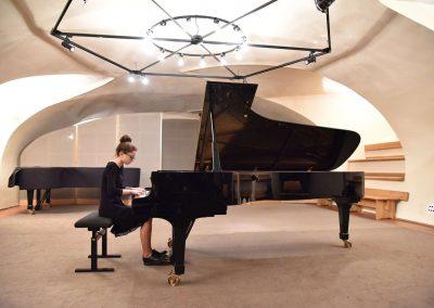 Galerie HAMU, Galerie HAMU, klavírní koncert 11.2.2020.. Žák hrající na klavír - děvče.