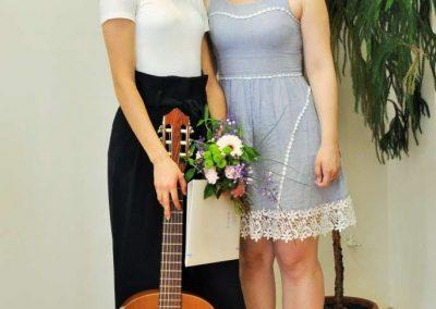 Natáčení absolventů, 23.6.2020, komorní sál ZUŠ Šimáčkova. Děvče s kytarou a paní učitelkou.