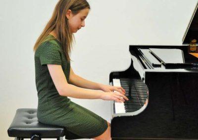Natáčení absolventů, 23.6.2020, komorní sál ZUŠ Šimáčkova. Děvče hrající na klavír.