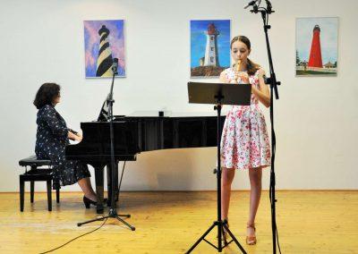Natáčení absolventů, 23.6.2020, komorní sál ZUŠ Šimáčkova. Děvče hrající na zobcovou flétnu a paní učitelka hrající na klavír.