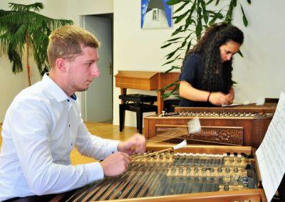 Natáčení absolventů, 23.6.2020, komorní sál ZUŠ Šimáčkova. Chlapec a děvče hrající na cimbál.