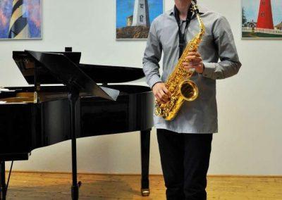 Natáčení absolventů, 24.6.2020, komorní sál ZUŠ Šimáčkova. Chlapec hrající na saxofon.
