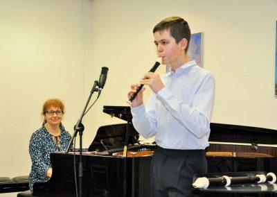 Natáčení absolventů, 24.6.2020, komorní sál ZUŠ Šimáčkova. Chlapec hrající na zobcovou flétnu a paní učitelka hrající na klavír.
