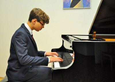 Natáčení absolventů, 24.6.2020, komorní sál ZUŠ Šimáčkova. Chlapec hrající na klavír.